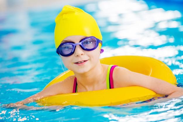 Înotul, cel mai indicat sport pentru cei mici